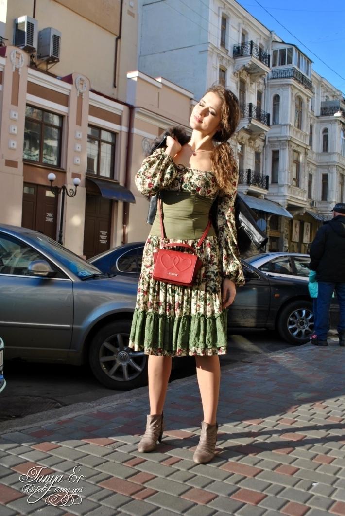 Гипюр в оборке идеально украшает платье
