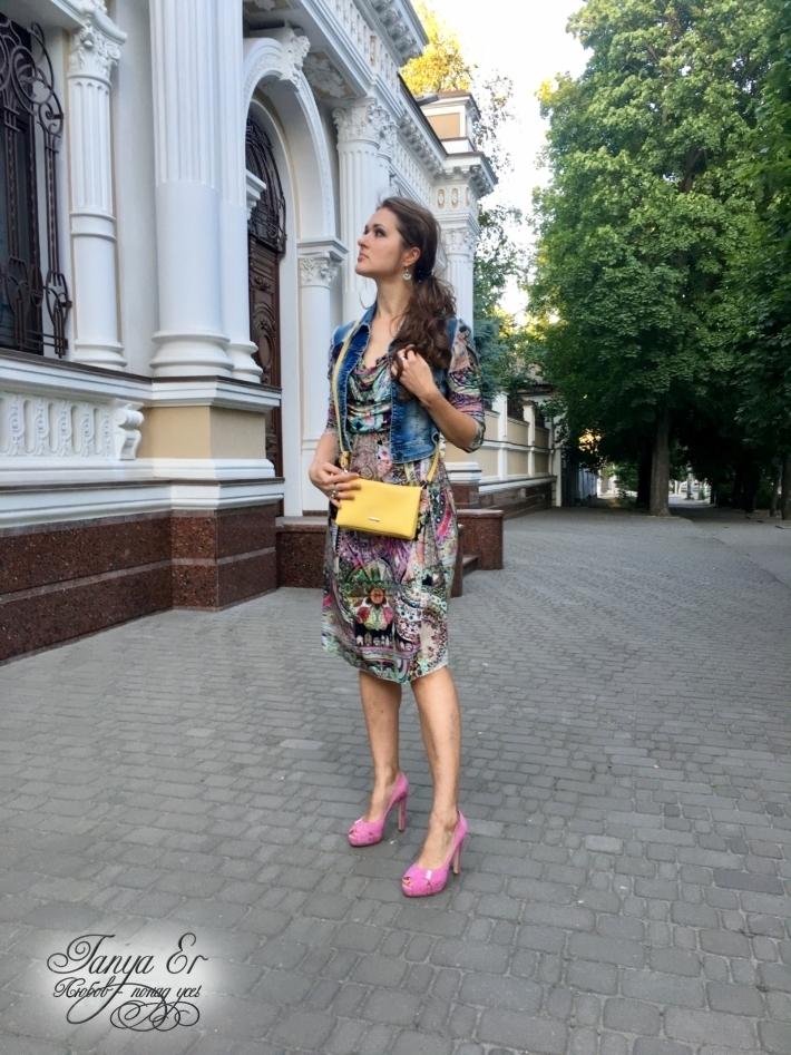 Туфли - красивые яркие, делают образ нарядным.