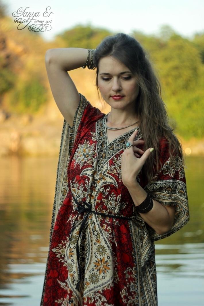 Узоры в платье увлекают, и на наряд можно смотреть долго, как на реку...