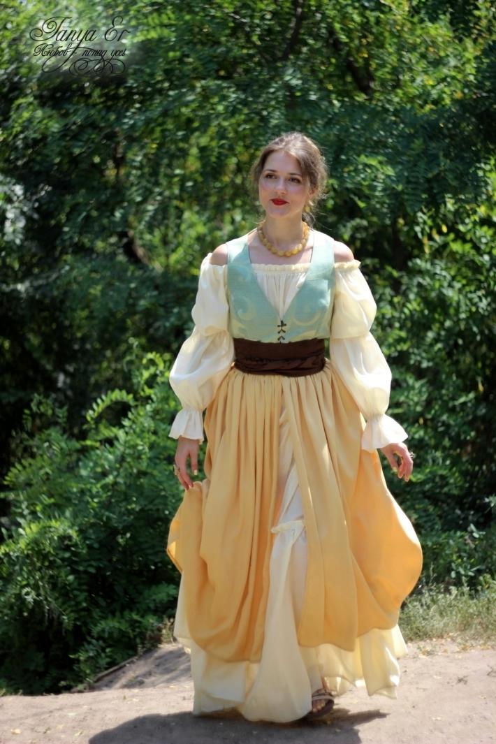 Многослойная юбка, как и подобает моде того времени.