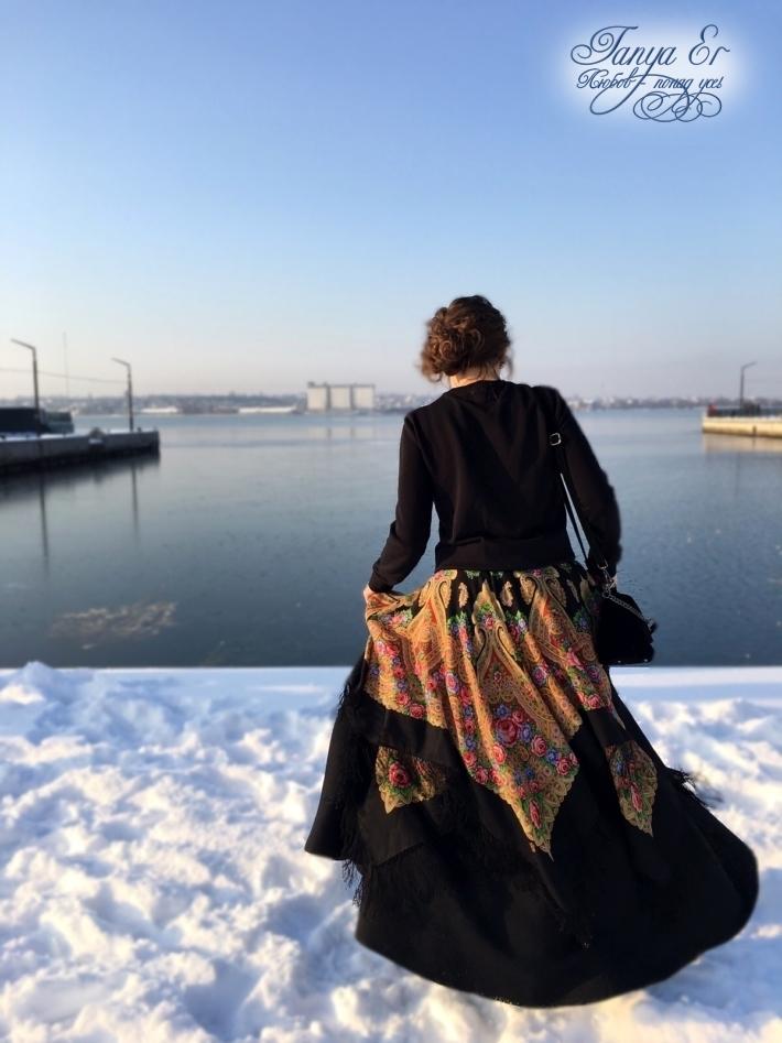 Зимние платки, из которых состоит второй слой юбки добавляет объем образу.