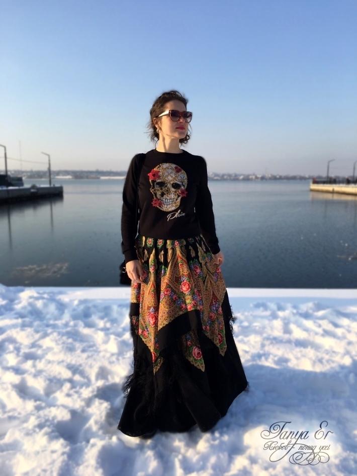 Орнамент платков дает широкий спектр красок, с которыми можно сочетать юбку.