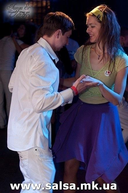 сальса-вечеринка, танцую с одноклассником
